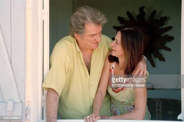 Var France le 26 juin 2000 Rendezvous avec Eddy MITCHELL et son épouse Muriel photographiés dans leur villa de SaintTropez Le chanteur qui à dû...