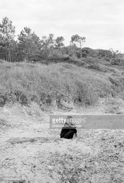 Var France septembre 1967 Le tournage du film Je t'aime je t'aime d'Alain RESNAIS sur la plage tropézienne de la Moutte Ici le réalisateur assis seul...