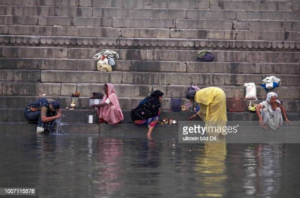 WATER AND SANITATION INDIA Varanasi Washing in the Holy Ganges River CDREF00141