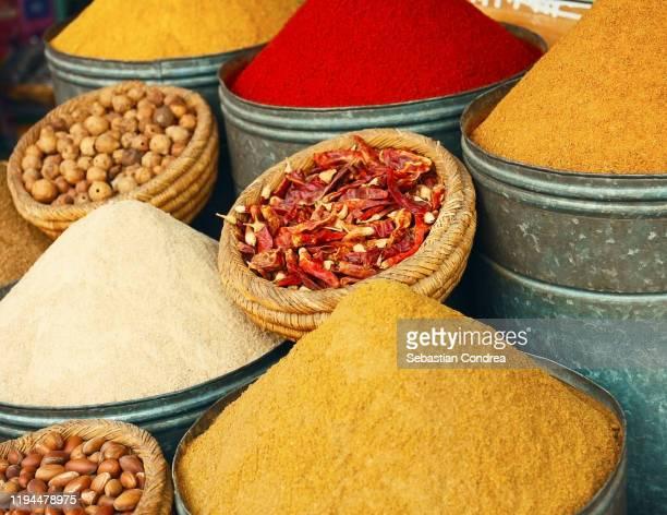 variation moroccan spices in casablanca old medina, morocco. - exotismo fotografías e imágenes de stock