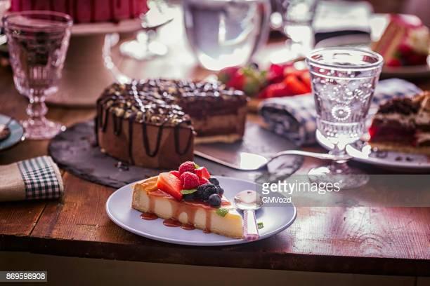 Variatie van Berry Layer Cake, chocolade taart en zwarte woud taart