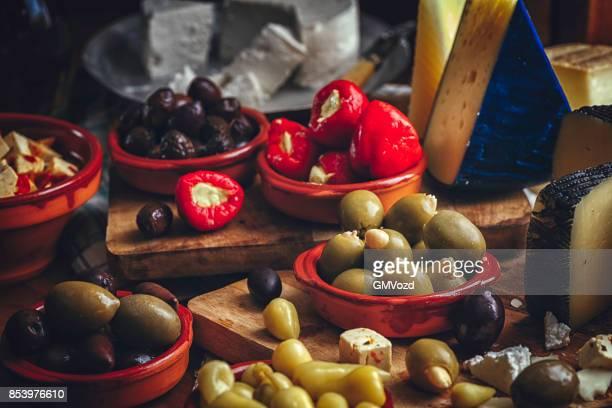 Variation der spanischen Vorspeise-gute Qualität-Käse und Oliven gefüllte Paprika