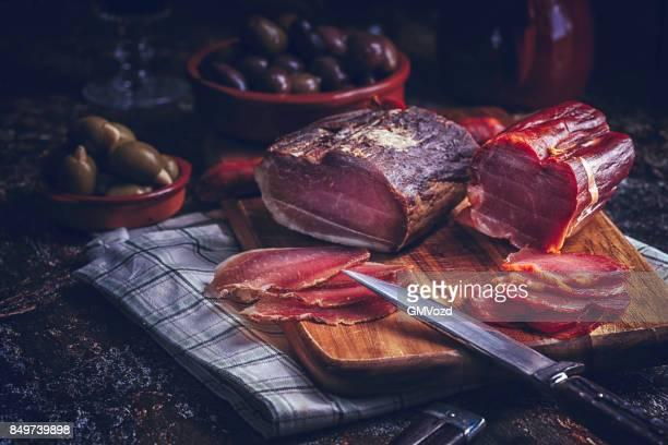 Variation der spanischen Vorspeise Salami, Wurst, Schinken und Käse von guter Qualität