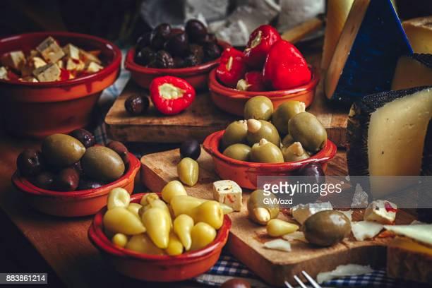 variation der spanischen oliven, gefüllte paprika und guter qualität käse - spanische kultur stock-fotos und bilder