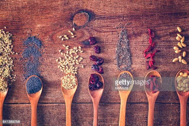 Variation der Superfood Chia, Quinoa, Mohn und Nüssen