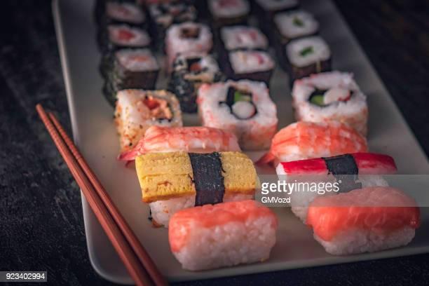Variatie van Sushi geserveerd met sojasaus en Wasabi