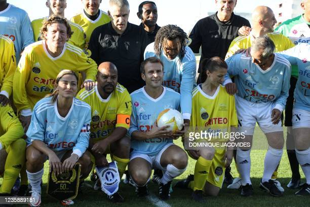 Varietes club de France's players and AS Poissy's players pose with French president Emmanuel Macron as they ready for the group photograph prior to...