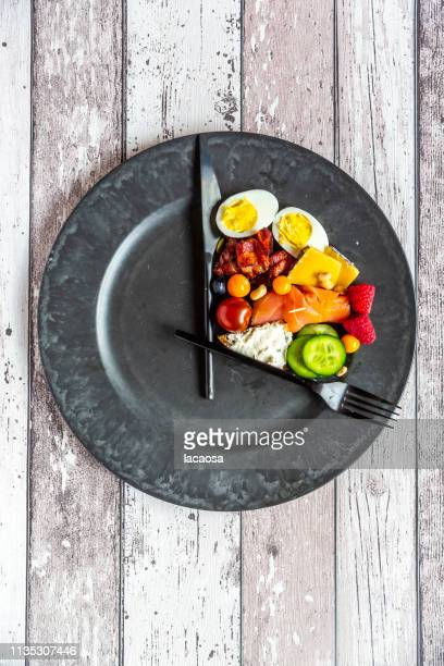 variety of food on round plate, intermittent fasting - preocupação com o corpo - fotografias e filmes do acervo