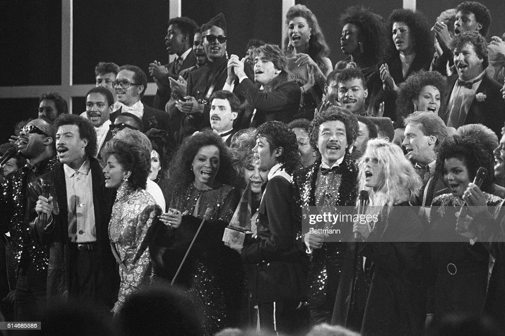 Stars Singing at Awards Show : News Photo