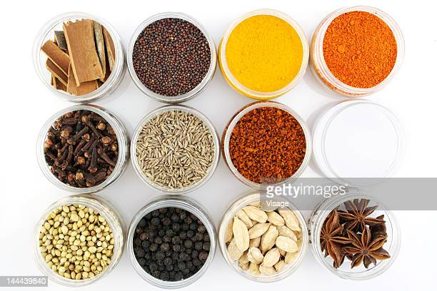 variety of spices in plastic containers on a tabletop - keurig stockfoto's en -beelden