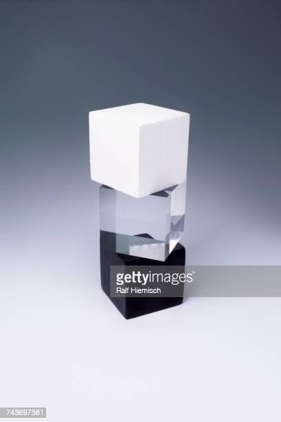 various block shapes arranged on gray background - drie dingen stockfoto's en -beelden