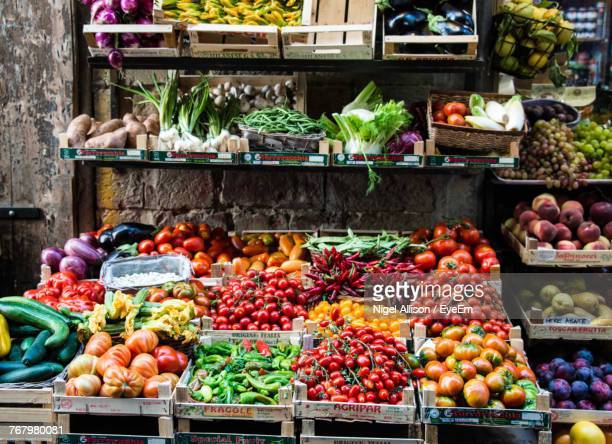 various fruits and vegetables for sale at market stall - markt stockfoto's en -beelden