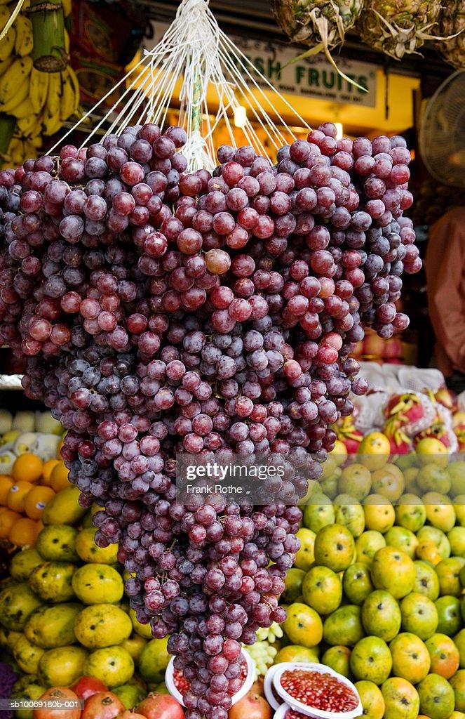 Various fruits at greengrocer's shop : Stockfoto