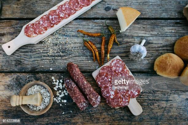 古い木製のテーブルで様々 な肉料理