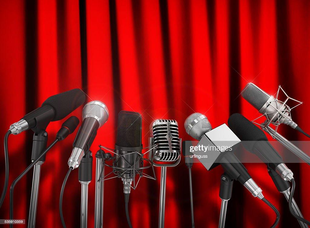 Varios micrófonos alineados en una conferencia de prensa. : Foto de stock