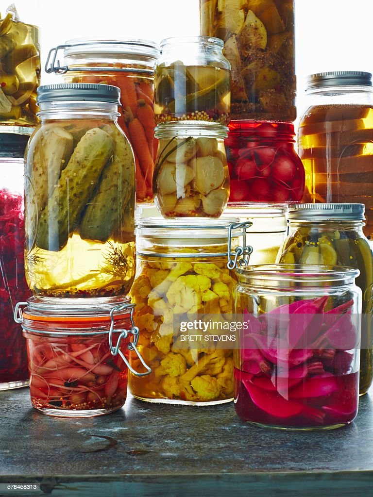 Various pickles in glass jars, close-up : Foto de stock