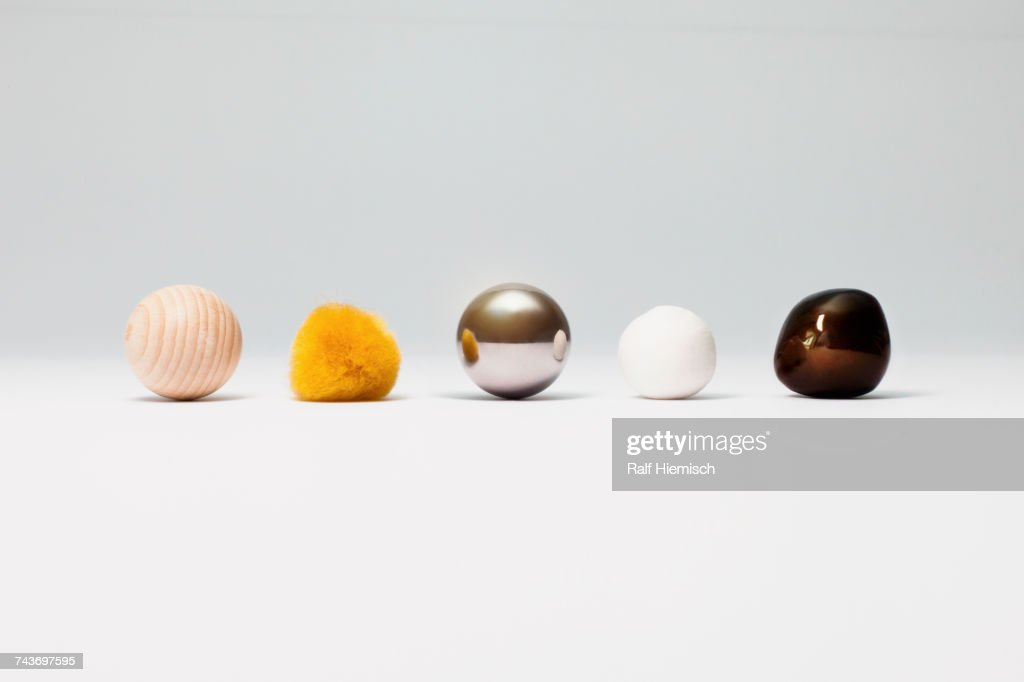 Various spherical objects arranged on white background : Stock-Foto