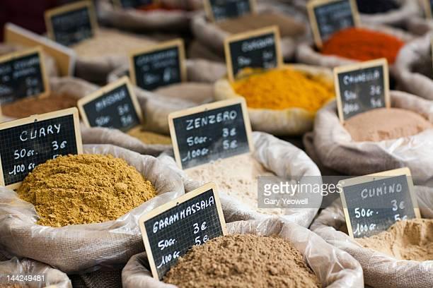 various spices displayed at a market - prezzo messaggio foto e immagini stock