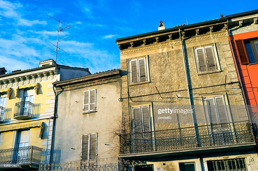 Varzi, Oltrepo Pavese, velho casas fachada. Imagem a cores : Foto de stock