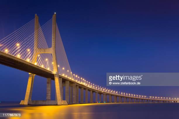 vasco da gama bridge in lissabon - dämmerung stock pictures, royalty-free photos & images