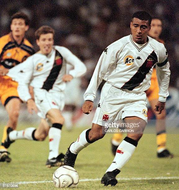 Vasco da Gama player Romario leads an attack on the Rosario Central team 08 November 2000 during their Copa Mercosur quarterfinal match in Rosario...