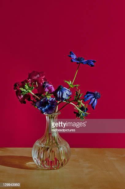 Vase auf Tisch wilting Blumen auf