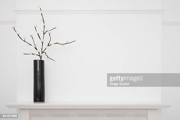 vase on a mantlepiece - consolo de lareira - fotografias e filmes do acervo