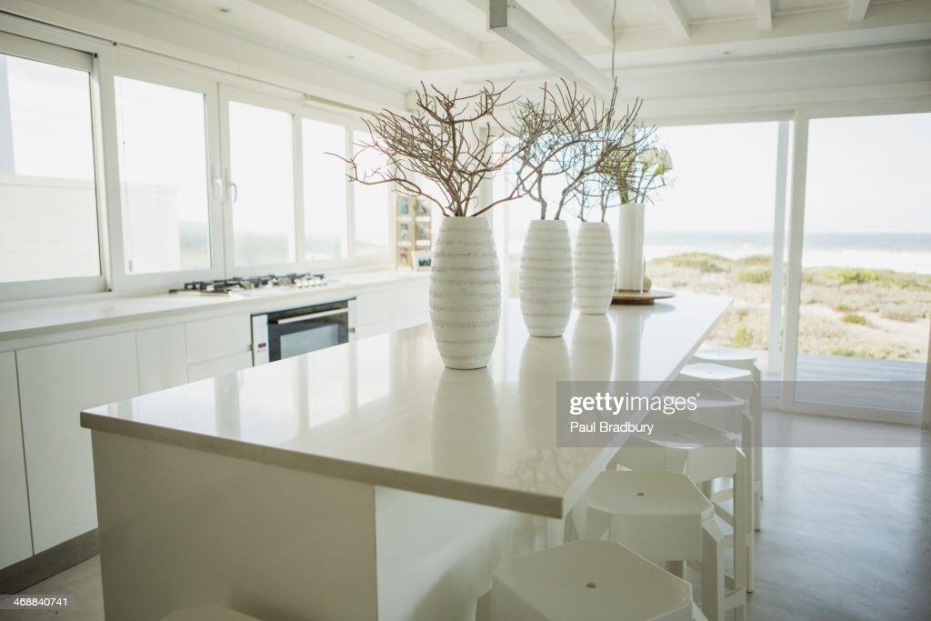 Vasi sul bancone in cucina con vista oceano foto stock getty images - Cucina oceano mobilturi prezzi ...
