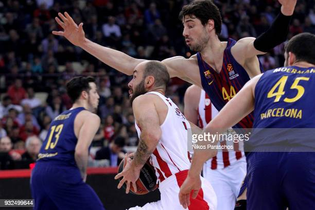 Vassilis Spanoulis #7 of Olympiacos Piraeus competes with Ante Tomic #44 of FC Barcelona Lassa during the 2017/2018 Turkish Airlines EuroLeague...