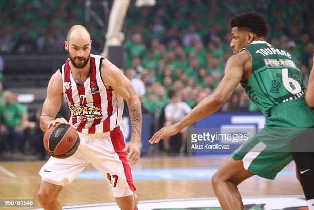 Vassilis Spanoulis #7 of Olympiacos Piraeus competes with Axel Toupane #6 of Zalgiris Kaunas in action during the Turkish Airlines Euroleague Play...