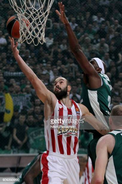 Vassilis Spanoulis #7 of Olympiacos Piraeus competes with Chris Singleton #0 of Panathinaikos Superfoods Athens during the 2017/2018 Turkish Airlines...