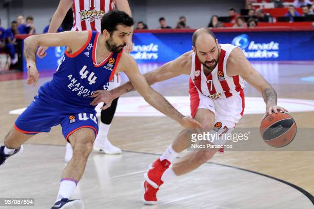 Vassilis Spanoulis #7 of Olympiacos Piraeus competes with Krunoslav Simon #44 of Anadolu Efes Istanbul during the 2017/2018 Turkish Airlines...