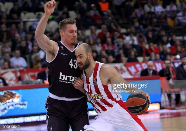 Vassilis Spanoulis #7 of Olympiacos Piraeus competes with Leon Radosevic #43 of Brose Bamberg during the 2017/2018 Turkish Airlines EuroLeague...
