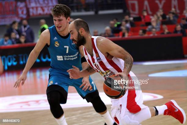 Vassilis Spanoulis #7 of Olympiacos Piraeus competes with Luka Doncic #7 of Real Madrid during the 2017/2018 Turkish Airlines EuroLeague Regular...