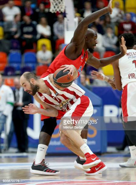 Vassilis Spanoulis #7 of Olympiacos Piraeus competes with Othello Hunter #44 of CSKA Moscow in action during the 2017/2018 Turkish Airlines...