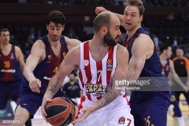 Vassilis Spanoulis #7 of Olympiacos Piraeus competes with Petteri Koponen #25 of FC Barcelona Lassa during the 2017/2018 Turkish Airlines EuroLeague...