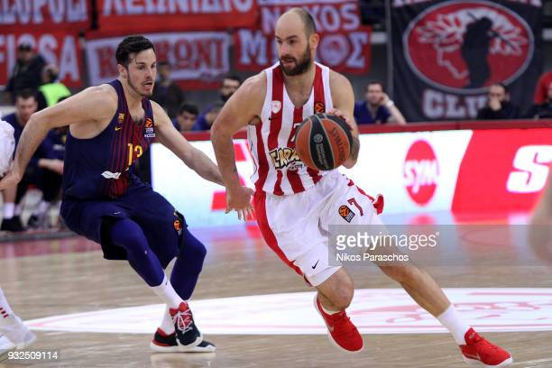 Vassilis Spanoulis #7 of Olympiacos Piraeus competes with Thomas Heurtel #13 of FC Barcelona Lassa during the 2017/2018 Turkish Airlines EuroLeague...