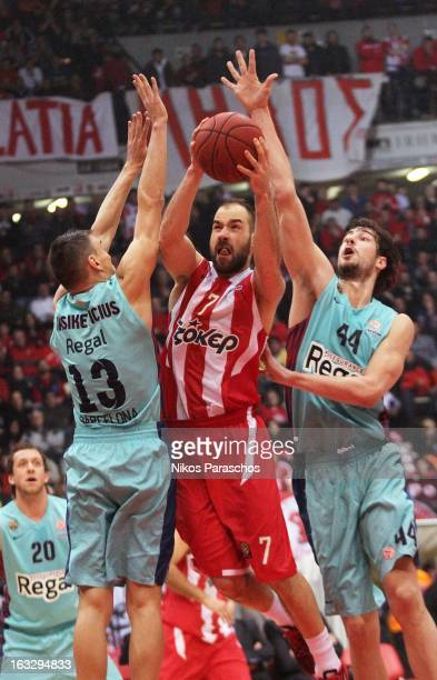 Vassilis Spanoulis of Olympiacos Piraeus competes with Sarunas Jasikevicius and Ante Tomic of FC Barcelona Regal during the 20122013 Turkish Airlines...