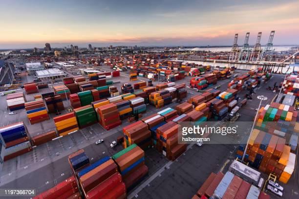 夕暮れ時のロングビーチ港の広大なコンテナターミナル - ロサンゼルス港 ストックフォトと画像