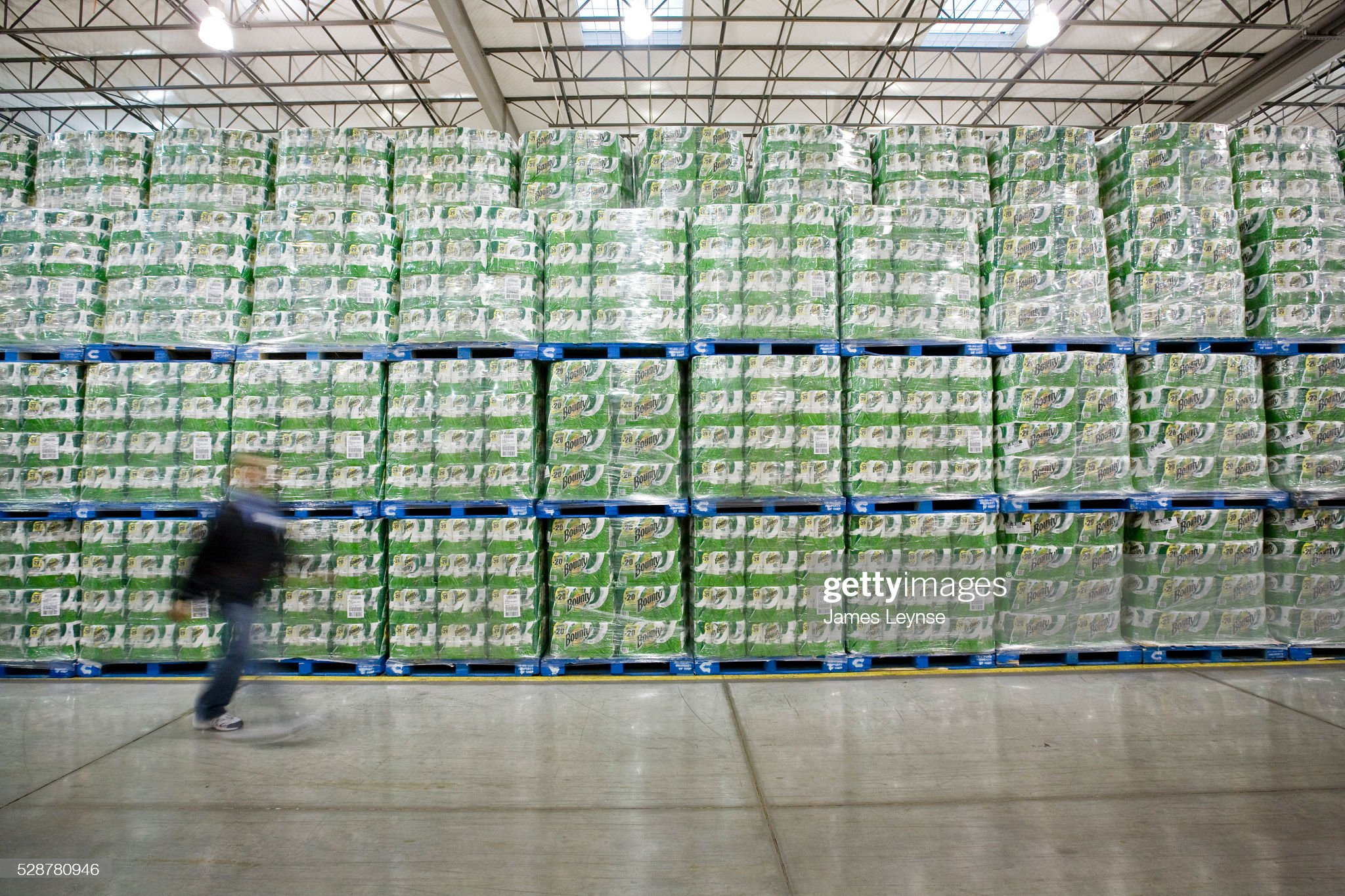 vast-mountain-of-bounty-paper-towels-stocked-up-to-take-advantage-of-picture-id528780946