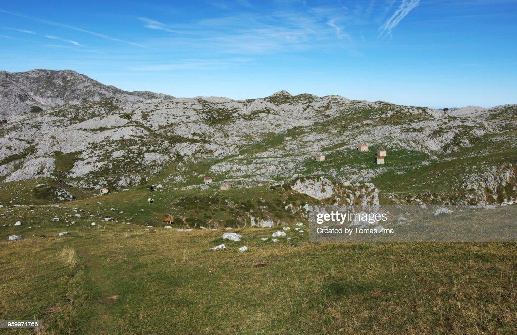 Vast views of peaks and meadows at Colláu Cima : Stock-Foto