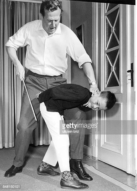 Vater bestraft Sohn mit dem Rohrstock Fotografie Hugo SchmidtLuchs
