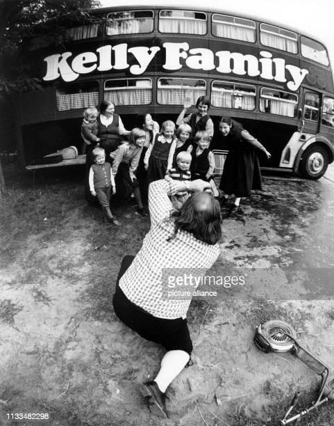 Vater Daniel Kelly fotografiert seine Familie vor ihrem Doppeldeckerbus. Aufnahme vom . Vor mehreren Jahren packte der Schulmeister Daniel Kelly das...