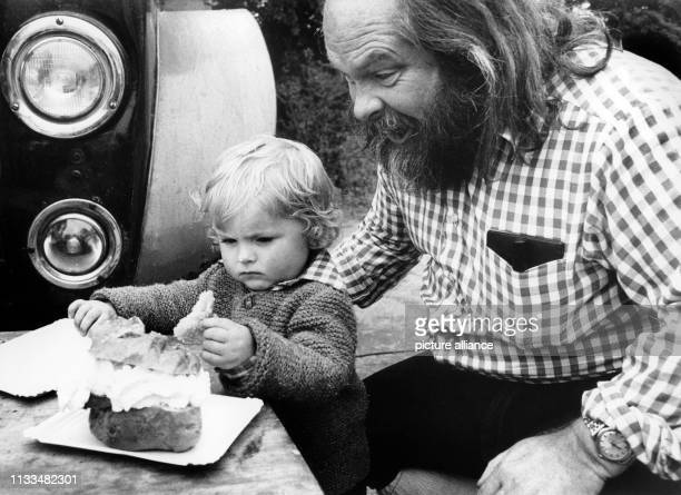 Vater Daniel Kelly mit dem 20 Monate alten Paddy beim Windbeutel essen. Aufnahme vom . Vor mehreren Jahren packte der Schulmeister Daniel Kelly das...