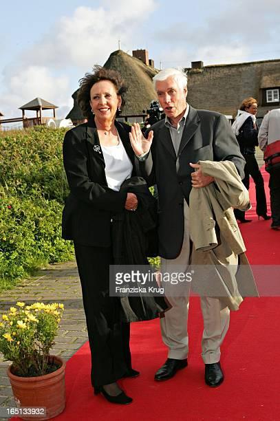 Vater Detlef Stich Und Ehefrau Beim Empfang Nach Der Standesamtlichen Stich Hochzeit In Der Sturmhaube In Kampen Auf Sylt Am 100605