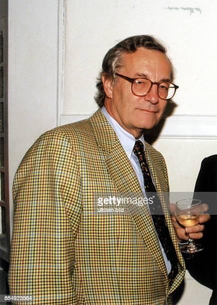 Vater von Tita von Hardenberg Porträt hält ein Glas