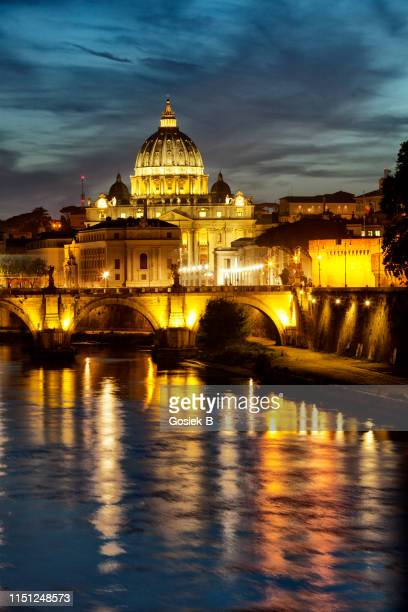 vatican - basilica of saint. peter seen from behind the tiber - roma foto e immagini stock