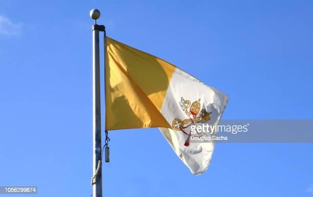 vatican city national flag on a blue sky - vaticano imagens e fotografias de stock