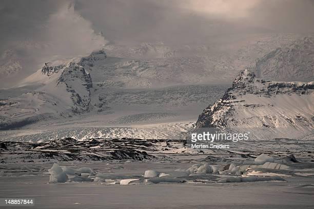 vatnajokull glacier with jokulsarlon in front. - merten snijders stockfoto's en -beelden