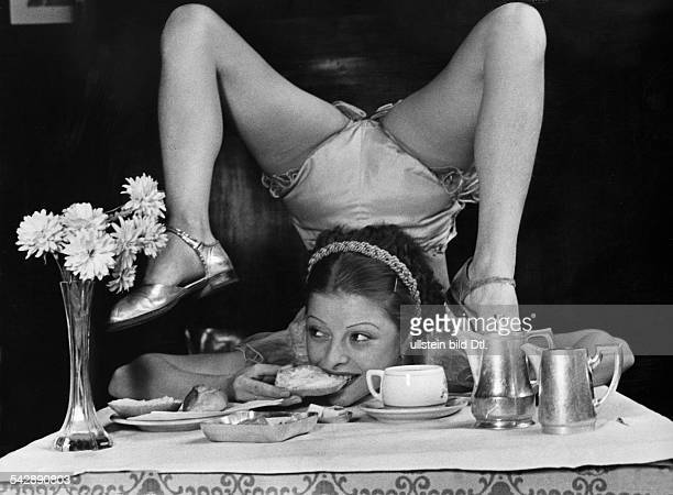 vaudeville artists contortionist performing Alice Storia having breakfast date unknwon probably around 1935 photo by Willi Essig